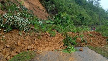 Nhiều tuyến giao thông ở Lai Châu tiếp tục sạt lở do mưa kéo dài