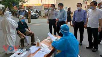Tiêm chủng thần tốc kết hợp xét nghiệm diện rộng tại Hà Nội