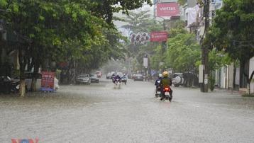 Thời tiết hôm nay: Áp thấp nhiệt đới suy yếu thành một vùng áp thấp, tiếp tục gây mưa lớn ở Trung Bộ