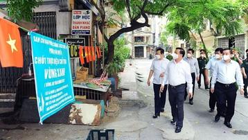 Bí thư Thành ủy Hà Nội Đinh Tiến Dũng: Cấp giấy đi đường nhanh, gọn, thực hiện giãn cách triệt để trong 'vùng đỏ'