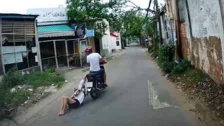 Tên cướp kéo lê cô gái hơn 500m trên đường phố Sài Gòn
