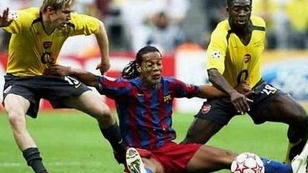 Những pha tranh chấp cười ra nước mắt trong bóng đá