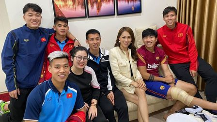 """Loạt sao bóng đá Việt Nam kéo nhau đi thăm """"thương binh"""" Văn Hậu"""