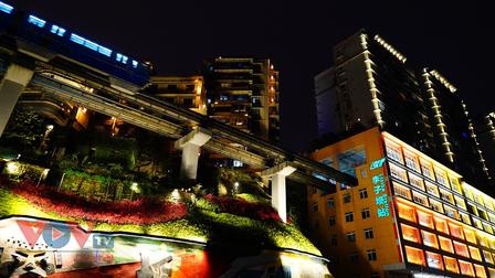 Ngắm đoàn tàu đi xuyên tòa nhà ở Trung Quốc về đêm