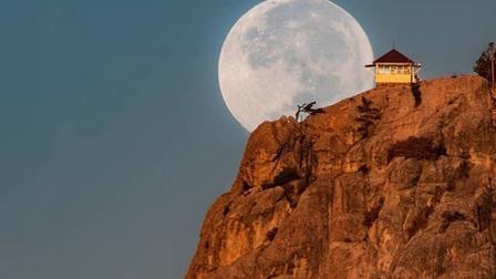 Hình ảnh siêu thực về mặt trăng khổng lồ trong sa mạc