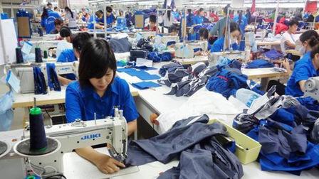 Lao động bị chuyển sang làm công việc khác với hợp đồng thì tính lương ra sao?