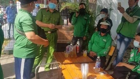 Tài xế Grab Sài Gòn kéo đến trụ sở công ty đòi quyền lợi