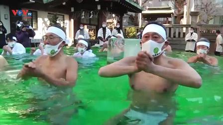 Người Nhật tắm nước đá dịp đầu năm mới