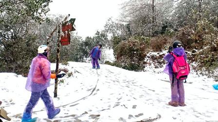 Du khách thích thú với cảnh tuyết rơi đầu tiên ở Lào Cai trong mùa đông năm nay