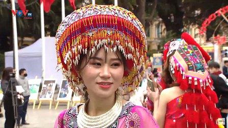 Một nét xuân của người Mông trên đường phố thủ đô