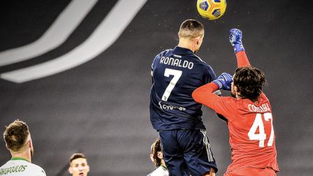 C.Ronaldo trở thành cây săn bàn số 1: Hãy cứ là đại bàng sải cánh!