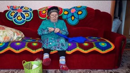 Những người bà Siberia đan mũ truyền thống trong mùa đông băng giá
