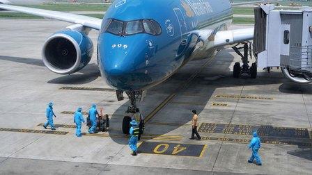Yêu cầu tạm dừng cấp phép chuyến bay từ Anh, Nam Phi về Việt Nam