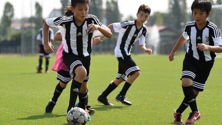 Bóng đá Việt lợi gì từ những cái 'bắt tay' với nước ngoài?
