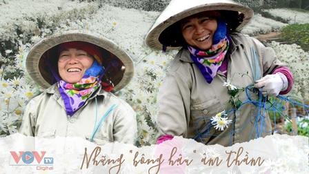 Những người nông dân yêu đời trên cánh đồng hoa