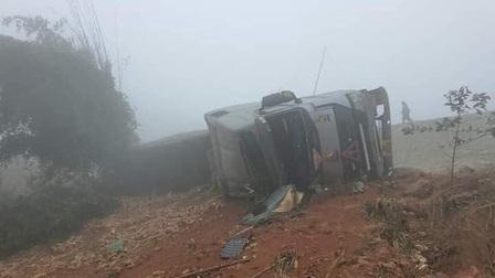 Lào Cai: Xe đầu kéo lao xuống vực, 2 người thương vong