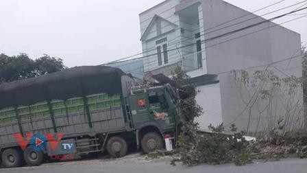 Tài xế xe tải ngủ gật đâm vào nhà dân ở Quảng Ninh