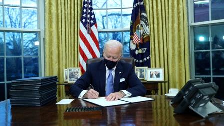 Tân Tổng thống Biden ký hàng loạt sắc lệnh đảo ngược chính sách của ông Trump
