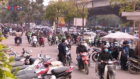 Hà Nội: Khó xử lý vi phạm xe máy đi lên vỉa hè