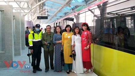 Đoàn tàu đường sắt Nhổn - ga Hà Nội: Tiện nghi, hiện đại, ai tham quan cũng hài lòng