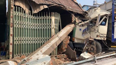 Ô tô đâm liên hoàn khiến nhiều người bị thương, suýt sập nhà dân