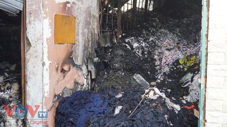 Hóc Môn: Vụ cháy kho vải vẫn chưa dập tắt hoàn toàn