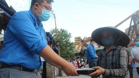 Lao động nghèo tại Hà Nội xúc động khi nhận các suất cơm nghĩa tình