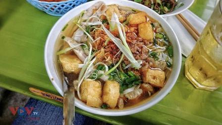 Hàng quán Hà Nội được ăn uống tại chỗ, bạn 'chấm' món gì đầu tiên?
