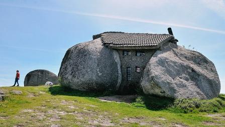 Độc đáo ngôi nhà đá trên đỉnh đồi ở Bồ Đào Nha