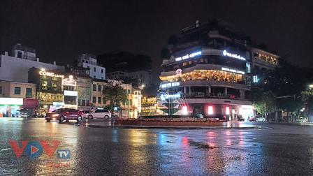 Phố cổ Hà Nội tối cuối tuần đầu tiên trong trạng thái 'bình thường mới'