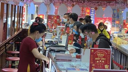 Người dân đi mua vàng ngày vía Thần Tài sớm