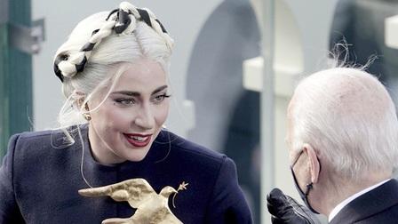 Đằng sau chiếc trâm cài áo của Lady Gaga