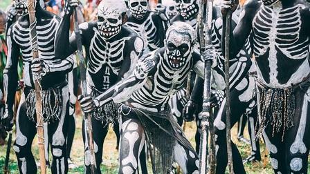 Bộ tộc kỳ quái với những 'bộ xương' di động, sống biệt lập giữa núi rừng