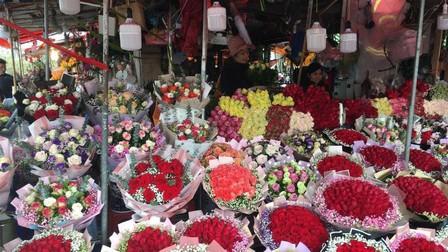 Thị trường quà 8/3: Giá hoa tăng cao, giỏ quà trái cây được ưa chuộng