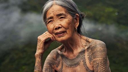 Chân dung cụ bà xăm hình thủ công già nhất thế giới