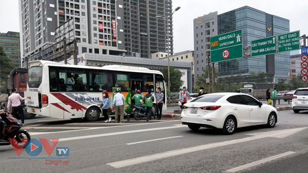Hà Nội: Xe khách, xe ôm ngang nhiên đón trả khách tại đường Vành đai 3 trên cao
