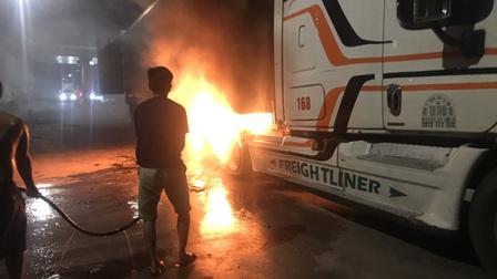 Xe container nổ lốp, bốc cháy ngùn ngụt