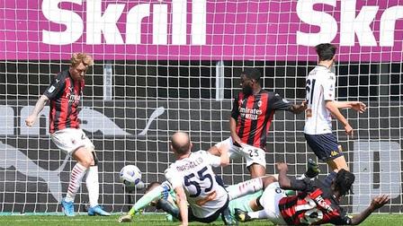 AC Milan 2-1 Genoa: Thiếu vắng Ibra, chủ nhà vẫn 'có quà'
