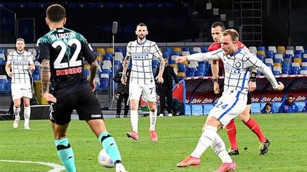 Napoli 1-1 Inter: Handanovic sai lầm, Inter chạy chậm lại 'chờ' Milan