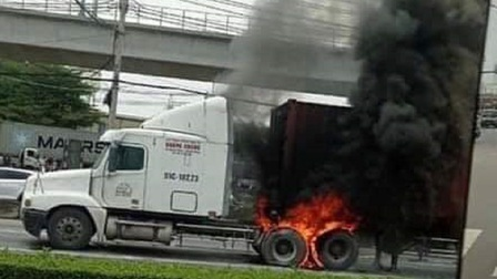 Đang dừng đèn đỏ, xe container bốc cháy dữ dội trên Xa lộ Hà Nội