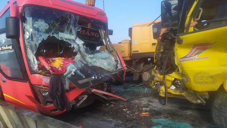 Quảng Bình: Xe khách đối đầu xe tải, 1 người tử vong
