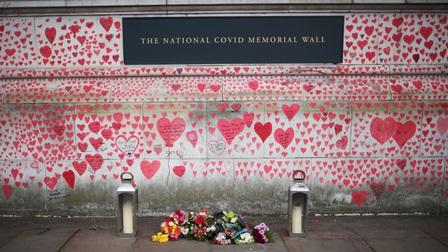 Anh: Xúc động bức tường tưởng niệm vẽ 150.000 trái tim