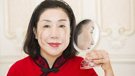 Người phụ nữ có lông mi dài nhất thế giới tự phá kỷ lục bản thân