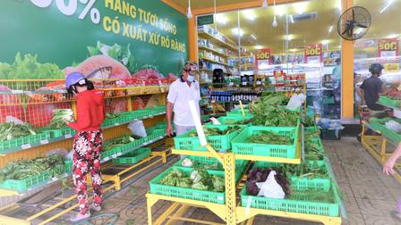 Cần Thơ: Dừng hoạt động chợ, người dân xếp hàng chờ mua thực phẩm ở các cửa hàng tiện ích
