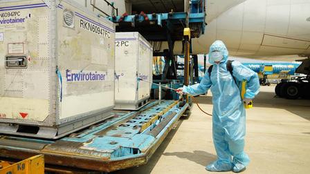Quân đội dự kiến tham gia tiếp nhận, vận chuyển khoảng 112,9 triệu liều vaccine phòng COVID-19