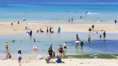 Người trẻ Hàn đổ xô đến đảo Jeju nghỉ mát bất chấp đại dịch