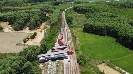 Huy động cần cẩu 100 tấn để cẩu đầu máy trật bánh, thông tuyến đường sắt Bắc Nam