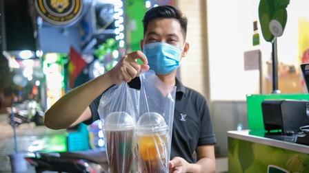 Bán mang về 1.000 cốc trà bí đao mỗi ngày ở Hà Nội
