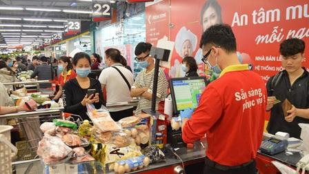 Lượng khách đến siêu thị tăng sau khi Hà Nội siết chặt phòng dịch COVID-19