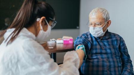 Cụ ông Mỹ quyết tiêm chủng để chứng tỏ hiệu quả vaccine